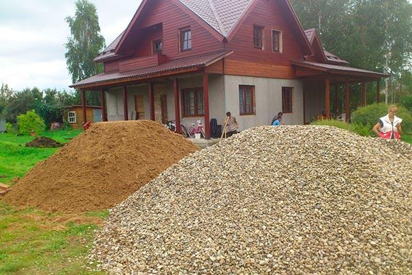 Щебень и песок на стройке