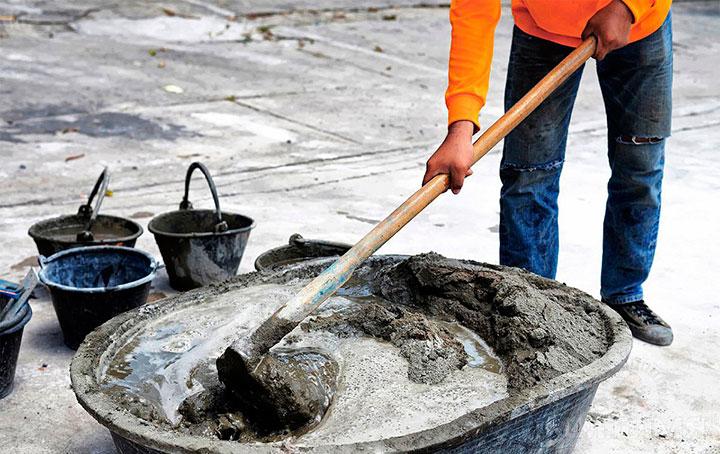 Ручное замешивание бетона
